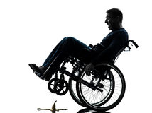 Homme handicapé courageux en silhouette de fauteuil roulant Photo libre de droits