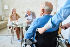 Homme handicapé dans la maison de retraite Photos libres de droits