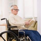 Homme handicapé dans le fauteuil roulant Image stock