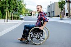 Homme handicapé dans le fauteuil roulant sur la route photos libres de droits