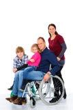 Homme handicapé dans le weelchair avec sa famille photos libres de droits