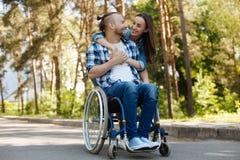 Homme handicapé de sourire regardant son amie Photo stock