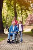Homme handicapé en parc passant le temps ainsi que sa fille Image libre de droits