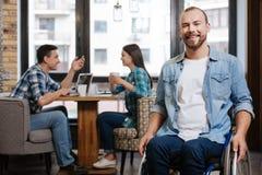 Homme handicapé optimiste ayant de gentils amis Image stock