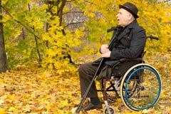 Homme handicapé retiré en parc d'automne Photos libres de droits