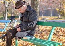 Homme handicapé retiré en parc d'automne Images libres de droits