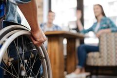 Homme handicapé sûr rencontrant ses amis Photo stock