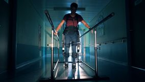 Homme handicapé sur une voie médicale, fin