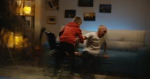 Homme handicapé tombant le divan banque de vidéos
