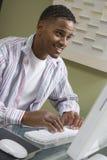 Homme heureux à l'aide de l'ordinateur Image libre de droits