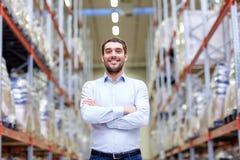 Homme heureux à l'entrepôt Photographie stock