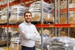 Homme heureux à l'entrepôt Photo stock