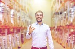 Homme heureux à l'entrepôt montrant le geste correct Photos stock