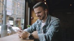 Homme heureux écoutant la musique dans des écouteurs clips vidéos