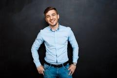 Homme heureux au-dessus de tableau noir Image libre de droits