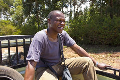 Homme heureux au dos de la collecte Photographie stock