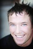 Homme heureux, aux yeux bleus, jeune Photos libres de droits