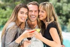 Homme heureux avec de beaux amis féminins pendant la partie Images libres de droits