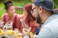 Homme heureux avec des amis de bière à la réception en plein air d'été Photos stock