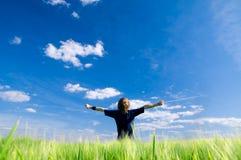 Homme heureux avec des bras vers le haut Photo libre de droits