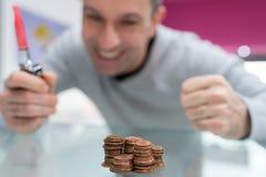 Homme heureux avec l'élevage de pile de pièce de monnaie Photographie stock
