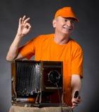 Homme heureux avec l'appareil-photo en bois de photo de vintage Photos stock