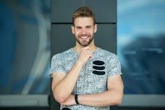 Homme heureux avec la barbe sur le visage de sourire extérieur Sourire macho dans le T-shirt gris Occasionnel dans le style Heure Image stock