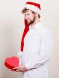 Homme heureux avec la boîte de forme de coeur Noël Photos stock