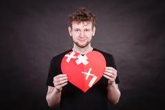 Homme heureux avec le coeur de plâtre Photographie stock libre de droits