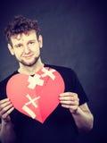 Homme heureux avec le coeur de plâtre Images libres de droits