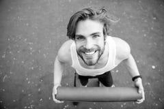 Homme heureux avec le corps musculaire tenant le tapis de yoga ou de forme physique Images stock