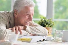 Homme heureux avec le livre Photos stock