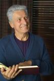 Homme heureux avec le livre Photo stock