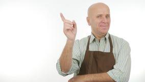 Homme heureux avec le signe d'attention de tablier gestes de main d'avertissement photo libre de droits