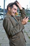 Homme heureux avec le téléphone portable à l'extérieur Image libre de droits
