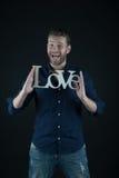 Homme heureux bel avec le texte d'amour pour le jour de valentines Photo stock