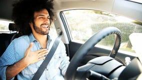 Homme heureux chantant et conduisant heureux banque de vidéos