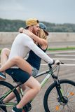 Homme heureux conduisant à amie un sur sa barre transversale de vélo sur la plage Image stock