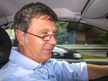 Homme heureux conduisant sa voiture Photographie stock libre de droits