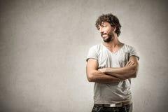 Homme heureux croisant ses bras Photographie stock libre de droits