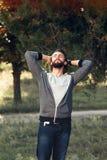 Homme heureux détendant à la nature, l'espace libre photos libres de droits
