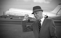 Homme heureux d'affaires à l'aéroport Image stock