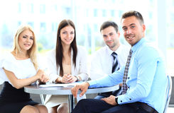 Homme heureux d'affaires avec des collègues à une conférence Photo stock