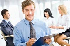 Homme heureux d'affaires avec des collègues Image libre de droits