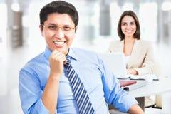 Homme heureux d'affaires avec le collègue Photos stock