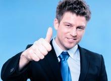 Homme heureux d'affaires tenant des pouces vers le haut Images stock