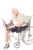 Homme heureux d'handicap contrôlant des email Photos libres de droits