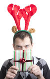 Homme heureux dans des klaxons d'élans de fête de Noël Images stock