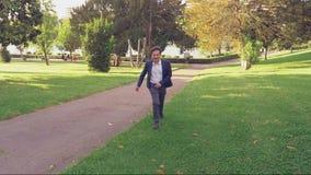 Homme heureux dans l'amour fonctionnant en parc vers le mouvement lent d'amie banque de vidéos