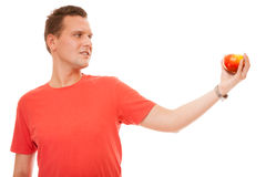 Homme heureux dans la chemise rouge tenant la pomme Nutrition saine de soins de santé de régime Image stock